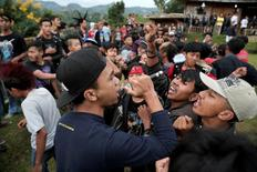 A punk muslim vocalist sings with the crowd during a punk music festival in Bandung, Indonesia West Java province, March 23, 2017. Picture taken March 23, 2017. REUTERS/Beawiharta - RTX352FE