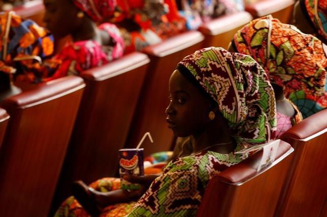 4月12日、国連児童基金(ユニセフ)は、イスラム過激派ボコ・ハラムが子どもを自爆犯として使うケースが今年に入って急増していると報告書で明らかにした。写真はナイジェリア・チボックでボコ・ハラムに拉致され、解放された一部の女子生徒。昨年10月撮影(2017年 ロイター/Afolabi Sotunde)
