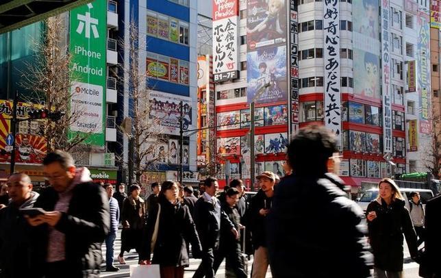 4月12日、人手不足が深刻化しながら、労働者の賃金上昇の歩みが鈍いという「パラドックス」が発生している。写真は東京・秋葉原、1月撮影(2017年 ロイター/Toru Hanai)