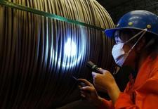IMAGEN DE ARCHIVO: Un trabajador revisa el producto en una fábrica de acero en Dalian, China. 1 de septiembre 2016. La inflación de los precios de producción en China se enfrió en marzo, por primera vez en siete meses, tras un desplome de los precios del mineral de hierro y el carbón en medio de los temores a que la producción local de acero esté superando la demanda. China Daily/via REUTERS