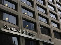 """Una vista muestra el edificio de Standard & Poor's en el distrito financiero de Nueva York, Estados Unidos. 5 de febrero 2013.  La agencia de calificación Standard and Poor's rebajó el martes la nota de deuda a largo plazo de El Salvador a """"CCC-"""" desde """"B-"""" y le asignó un panorama negativo bajo """"revisión especial"""", al considerar que el complicado ambiente político del país continúa deteriorando su calidad de crédito.   REUTERS/Brendan McDermid"""