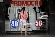 Una tienda minorista ofrece descuentos usando stickers en la ventana, en Brasilia, Brasil. 25 de septiembre 2015. Los volúmenes de ventas minoristas de Brasil excluyendo automóviles y materiales de construcción cayeron un 0,2 por ciento en febrero frente a enero, dijo el miércoles el estatal Instituto Brasileño de Geografía y Estadística (IBGE). REUTERS/Ueslei Marcelino - RTX1SH5F
