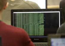 IMAGEN DE ARCHIVO: Estudiantes de defensa cibernética en Clases en Poltsamaa, Estonia. 4 de diciembre 2015. Las fallas en ciberseguridad erosionan de forma permanente la cotización de las empresas, siendo las más afectadas las del sector financiero, de acuerdo con un estudio publicado por la consultora informática CGI y Oxford Economics.  REUTERS/Ints Kalnins - RTX1X66Y