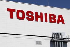 En la imagen de archivo, el logo de Toshiba en su fábrica de chips de memoria en Yokkaichi, Japón. Broadcom Ltd ofreció cerca de 2,5 billones de yenes (23.000 millones de dólares) por la unidad de procesadores de Toshiba Corp, la más alta entre una decena de interesados que participaron en la primera ronda de ofertas, dijo una fuente informada sobre el tema.  REUTERS/Reiji Murai