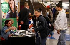 Una postulante a un empleo en una feria laboral en Denver, EEUU, feb 15, 2017. El presidente de la Reserva Federal de Dallas, Robert Kaplan, dijo el miércoles que mediciones amplias del desempleo en Estados Unidos muestran que aún hay debilidad en el mercado laboral, pero que esa flaqueza está cediendo.   REUTERS/Rick Wilking