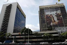 La casa matriz de la estatal Petróleos de Venezuela en Caracas, jul 21, 2016. La estatal Petróleos de Venezuela (PDVSA) canceló el miércoles unos 2.200 millones de dólares en capital e intereses de sus bonos, reportaron dos tenedores de los títulos, disipando los temores de incumplimiento tras la fuerte caída de ingresos de la compañía por la baja de los precios del crudo.    REUTERS/Carlos Garcia Rawlins