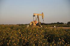 Una unidad de bombeo de crudo operando cerca de Guthrie, EEUU, sep 15, 2015.Los futuros del petróleo pasaban a terreno negativo el miércoles, cayendo tras ocho sesiones de alzas luego de que los datos de los inventarios de crudo en Estados Unidos sugirieron que el mercado todavía sufre un exceso de suministros.     REUTERS/Nick Oxford