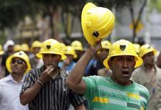 Imagen de archivo de una protesta de mineros por las calles de Lima, abr 5, 2010. Un sindicato de unos 700 trabajadores se sumó al tercer día de una huelga por tiempo indefinido en las unidades de Southern Copper en Perú, paralización que fue declarada improcedente por el Gobierno, informaron el miércoles la compañía y el gremio sindical.  REUTERS/Mariana Bazo