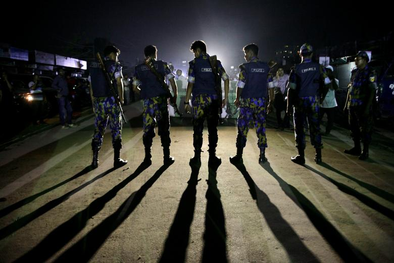 Security personnel block a road outside the Kashimpur jail during the execution of three Islamists in Dhaka, Bangladesh, April 13, 2017. REUTERS/Stringer     TPX IMAGES OF THE DAY               FOR EDITORIAL USE ONLY. NO RESALES. NO ARCHIVES.