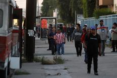 Trabajadores en el cambio de turno en una zona industrial de Tijuana, en México. 11 de abril 2017. La elección de Donald Trump como presidente de Estados Unidos el año pasado despertó el fantasma de una recesión económica en México, envió al peso a una caída en espiral y amenazó a las industrias locales, como la automotriz. REUTERS/Jorge Duenes