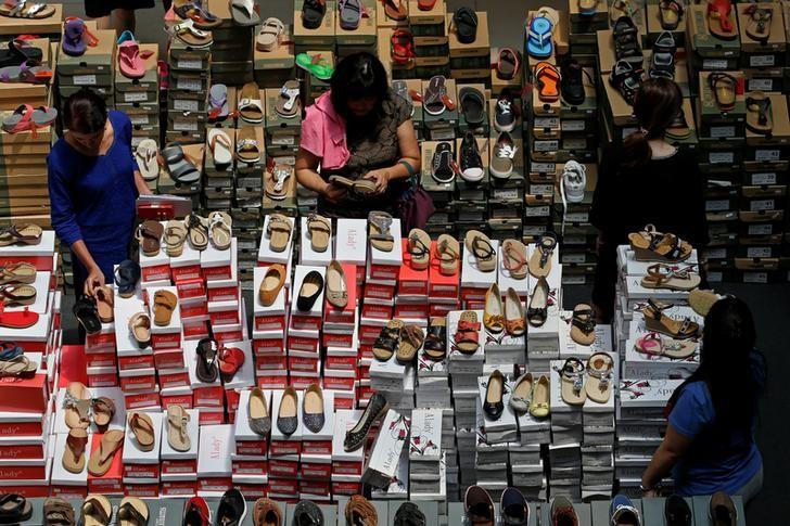 People shop for shoes at a mall in Singapore May 12, 2016. REUTERS/Edgar Su