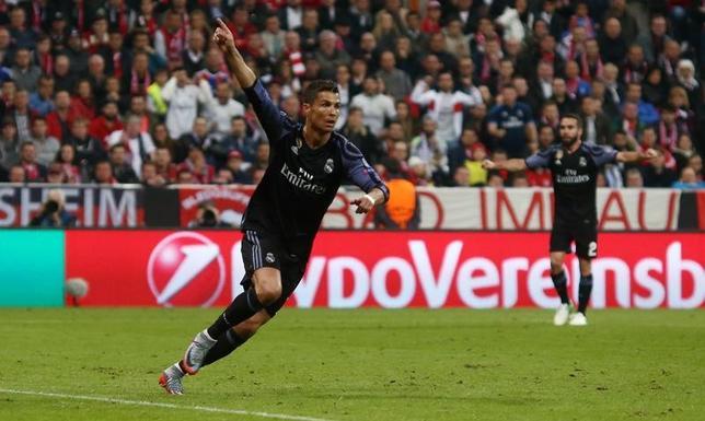 4月12日、サッカーの欧州チャンピオンズリーグ準々決勝第1戦、レアル・マドリードは敵地でバイエルンに2─1と勝利。2得点のクリスティアノ・ロナルド(左)がUEFA主催クラブ大会で通算100得点の記録を達成した(2017年 ロイター)