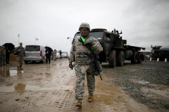 4月11日、トランプ米大統領が命じたシリアへのミサイル攻撃は、北朝鮮に対してメッセージを発信する意図を含んでいたのか──。そんな疑問があったとしても、米海軍の空母打撃群が週末に、朝鮮半島の近海に向かったことによって解消されたはずだ。写真は韓国の浦項にて、合同軍事演習に参加する米軍兵士(2017年 ロイター/Kim Hong-Ji)
