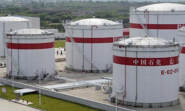 资料图片:2009年5月,中石化在安徽合肥的原油储罐。REUTERS/Jianan Yu