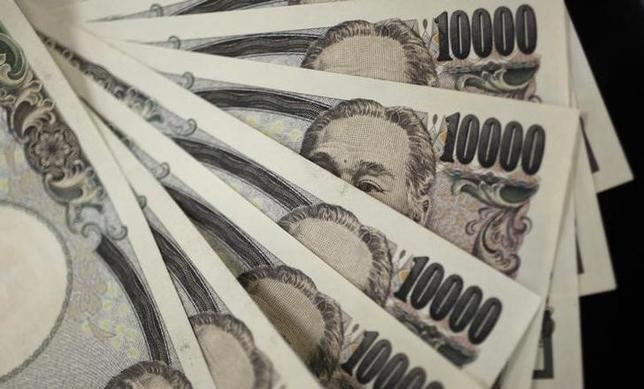 4月13日、損害保険ジャパン日本興亜は、2017年度の一般勘定の運用計画で、日米金利差拡大による緩やかな円安を前提として、ヘッジ外債を1000億程度圧縮する一方で、圧縮分をクレジット物やオープン外債に振り向ける方針を示した。写真は都内で2011年8月撮影(2017年 ロイター/Yuriko Nakao)
