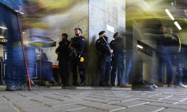 4月13日、ドイツの検察当局は、サッカー1部リーグ、ドルトムントの選手を乗せたバス付近で起きた爆発事件について、拘束されたイラク人の男の逮捕状を発行し、男が「イスラム国」のメンバーだったとの見方を示した。ドルトムントの試合中、スタジアムを警備する警官(2017年 ロイター/Kai Pfaffenbach Livepic)