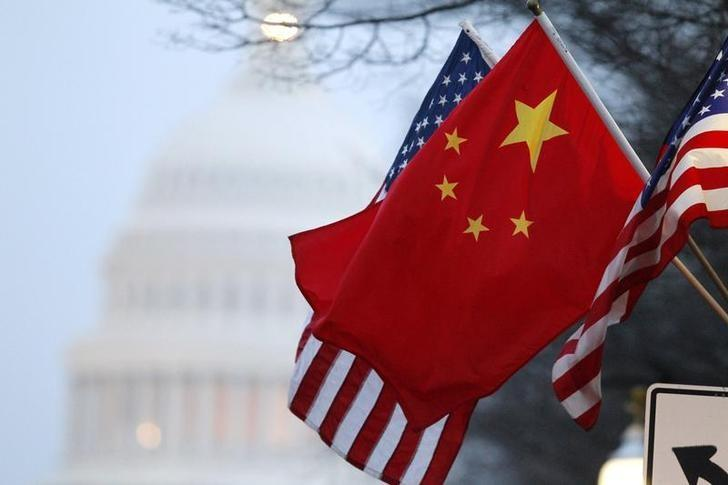资料图片:2011年1月,美国首都华盛顿,国会大厦附近街道悬挂的中美两国国旗。REUTERS/Hyungwon Kang