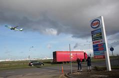 Imagen de archivo. Precios en estación de servicio Esso, Heathrow, Londres, 30 enero, 2016. La demanda global de petróleo finalmente está cerca de superar a la oferta luego de casi tres años de exceso de producción y pese al aumento de las reservas de crudo sin usar, dijo el jueves la Agencia Internacional de Energía (AIE). REUTERS/Paul Hackett/Archivo