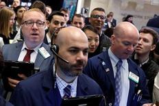 Operadores, en el piso de la Bolsa de Nueva York. 13 de abril de 2017. Los principales índices de la bolsa de Nueva York bajaron el jueves por tercer día consecutivo mientras los inversores evaluaban los resultados trimestrales de grandes bancos estadounidenses y las tensiones geopolíticas, en tanto que el sector tecnológico bajó por décima jornada seguida. REUTERS/Brendan McDermid
