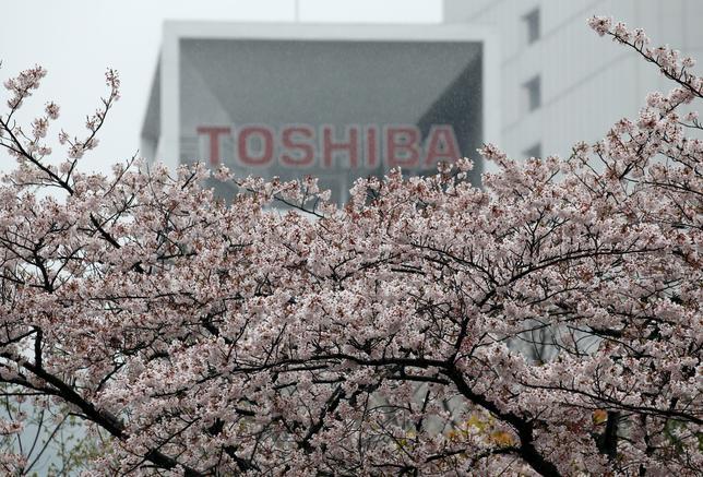 4月14日、東芝が半導体事業の外部資本導入に関するプロセスを一時的に停止したという一部報道について、同社の広報担当者は、そうした事実はない、とコメントした。都内の本社、11日撮影(2017年 ロイター/Toru Hanai)
