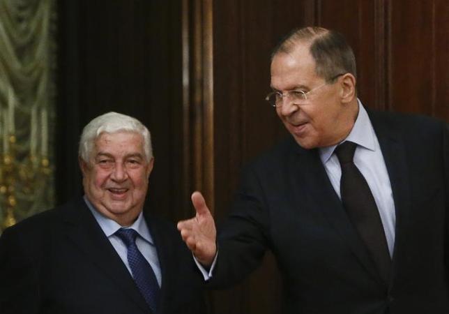 4月13日、ロシアのラブロフ外相(写真右)は、同国を訪問したシリアのムアレム外相(写真左)に対し、ロシアと米国の間で米国によるシリア攻撃は繰り返されるべきでないという共通の理解があると述べた。インタファクス通信が伝えた。写真はロシアの首都モスクワで撮影(2017年 ロイター/Sergei Karpukhin)