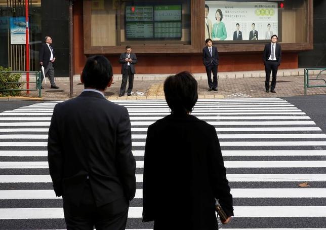 4月14日、前場の東京株式市場で、日経平均株価は前日比62円16銭安の1万8364円68銭となり、4日続落した。写真は都内で昨年12月撮影(2017年 ロイター/Kim Kyung-Hoon)