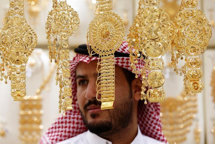 A man looks on as he inspects gold jewellery at a shop in Riyadh, Saudi Arabia September 28, 2016.  REUTERS/Faisal Al Nasser/File Photo