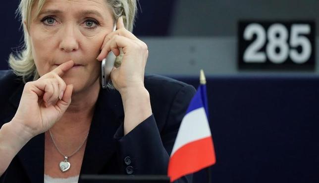 4月14日、フランス極右政党・国民戦線(FN)党首で欧州議会議員のルペン氏(写真)が党の秘書への給与支払いに欧州議会の資金を不正流用したとされる疑惑をめぐり、フランスの判事らが、欧州議員としての同氏の不逮捕などの免責特権を停止するよう求めていることがわかった(2017年 ロイター/Christian Hartmann/File Photo)