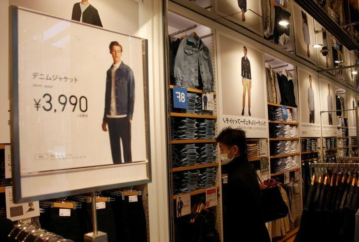 2017年1月24日,日本东京,一名男子在优衣库门店购物。REUTERS/Kim Kyung-Hoon