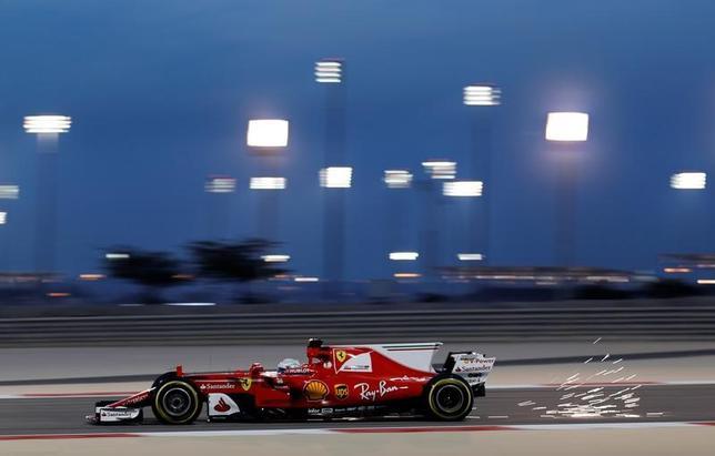 4月14日、自動車レースF1の今季第3戦、バーレーンGPはフリー走行2回を行い、セバスチャン・フェテルが最速タイムを記録した(2017年 ロイター/Hamad I Mohammed)