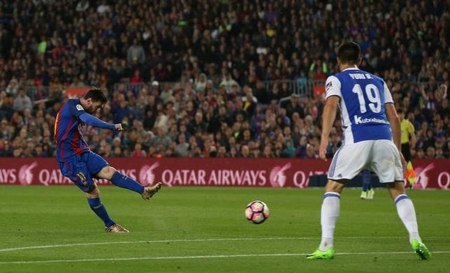 4月15日、サッカーのスペイン1部、バルセロナはホームでレアル・ソシエダに3─2で勝利。リオネル・メッシ(左)が2ゴールをマーク(2017年 ロイター/Albert Gea)