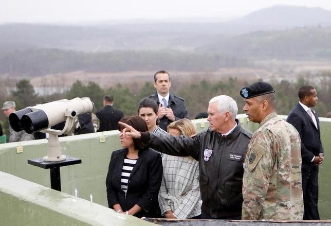 4月17日、韓国を訪問しているペンス米副大統領(写真中央)は、南北の軍事境界線に接する非武装地帯(DMZ)付近の米軍基地に到着した。写真はDMZの観測所から北側をみる同副大統領。韓国パジュで撮影(2017年 ロイター/Kim Hong-Ji)