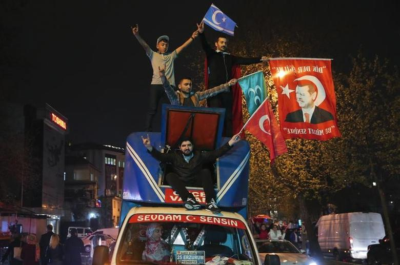 Supporters of Turkish President Tayyip Erdogan celebrate in Istanbul April 16, 2017. REUTERS/Huseyin Aldemir
