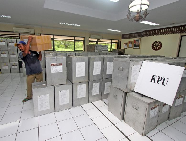 A worker carries a box with ballots during preparations for the second round of an election for Jakarta's governor in Jakarta, Indonesia April 15, 2017.  Antara Foto/Reno Esnir/via REUTERS