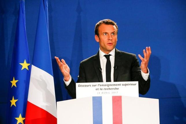 4月17日、調査会社オピニオンウェイが公表したフランス大統領選に関する世論調査によると、中道系独立候補のマクロン前経済相(写真)と極右政党・国民戦線(FN)のルペン党首が決選投票に進んだ場合、マクロン氏が64%を獲得し、ルペン氏の36%を上回ると予想されている。写真はグルノーブル近郊で撮影(2017年 ロイター/Robert Pratta)