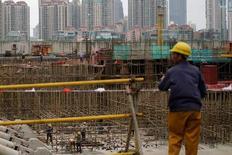 En la imagen de archivo, trabajadores realizan labores en zona en construcción en Bund, frente al distrito financiero de Pudong en Shanghái, China. La economía de China creció un 6,9 por ciento interanual en el primer trimestre, un poco más rápido que lo previsto, gracias a una serie de gastos gubernamentales en infraestructura y un mercado inmobiliario en auge que exhibe señales de sobrecalentamiento. REUTERS/Aly Song