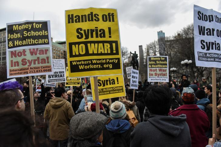 People participate in a demonstration against the recent U.S. strike in Syria, in New York, U.S., April 7, 2017. REUTERS/Stephanie Keith/Files