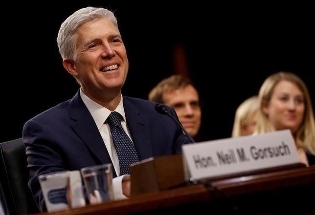 4月17日、トランプ米大統領が最高裁判事に指名した保守派、ニール・ゴーサッチ氏(49)は就任宣誓後初めて訴訟の審理を実施、初日から熱心に質問する姿がみられた。写真は3月上院司法委員会での公聴会で撮影(2017年 ロイター/Jonathan Ernst)