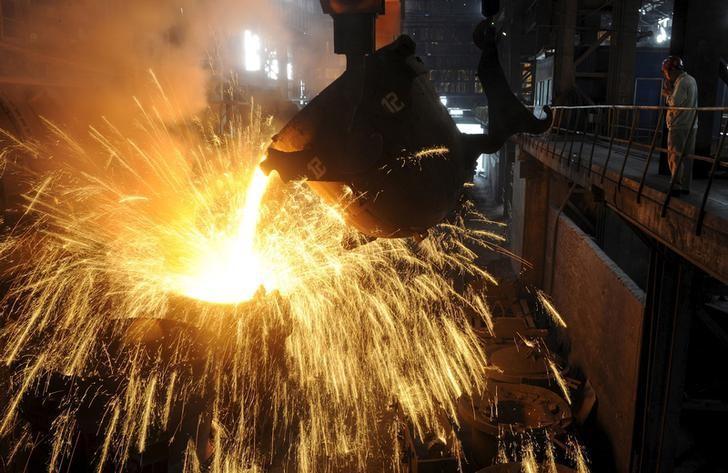 资料图片:2013年9月,中国合肥,一家钢铁厂内的工作场景。REUTERS/Stringer/File Photo