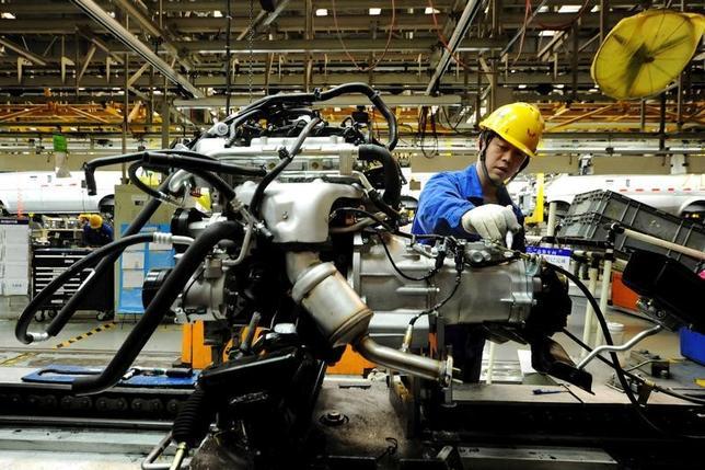 4月18日、中国の第1・四半期国内総生産(GDP)が予想を上回る伸び率を示した背景には、中国経済の約3分の1を占める鉱工業、とりわけ製造業の回復がある。中国では輸出受注が改善、3月の粗鋼生産は過去最高を更新した。写真は山東省青島市の自動車組み立て工場。昨年3月撮影(2017年 ロイター)