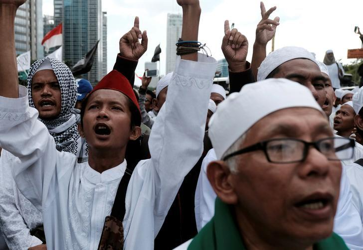 Members of the Islamic Defenders Front (FPI) shout a slogans during protest against Jakarta governor Basuki Tjahaja Purnama in Jakarta, Indonesia, January 23, 2017. Picture taken January 23, 2017. REUTERS/Beawiharta/Files