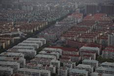 Una vista general del area de Pudong en el distrito de Shanghái, China. 4 de abril 2017. El precio promedio de las casas nuevas en las 70 principales ciudades de China aumentó un 0,6 por ciento en marzo frente al mes anterior, por encima del nivel de febrero de un 0,3 por ciento, según cálculos de Reuters basados en una encuesta oficial difundida el martes. REUTERS/Aly Song - RTX341BU