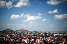 IMAGEN DE ARCHIVO: Containers son vistos en el area del puerto Yangshan Water, en el sur de Shanghái, China. 26 de septiembre 2013. El Gabinete de China aprobó el martes propuestas para profundizar las reformas económicas este año presentadas por el organismo de planificación estatal, reportó el martes la agencia estatal de noticias de Xinhua. REUTERS/Carlos Barria/File Photo