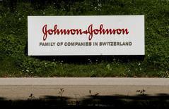 El logo de la empresa Johnson & Johnson se ve en frente de un edificio de oficinas en Suiza. 20 Julio 2016.  Johnson & Johnson, que está en proceso de completar su adquisición por 30.000 millones de dólares de la firma suiza de biotecnología Actelion, reportó el martes un alza de 1,6 por ciento de sus ingresos del primer trimestre.   REUTERS/Arnd Wiegmann  - RTSKPXP