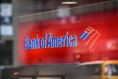 Un logo del Bank of America es visto en Nueva York, Estados Unidos.  10 de enero 2017. Bank of America (BofA) reportó el martes un alza del 44 por ciento en su utilidad trimestral, debido a que unas tasas de interés más altas aumentaron las ganancias de los préstamos y a que un incremento en las intermediaciones impulsó los ingresos. REUTERS/Stephanie Keith