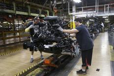 Los trabajadores a del Grupo Chrysler bajan un motor en el bastidor de una camioneta Ram 1500 de 2014 en la línea de montaje de la Warren Truck Plant en Warren, Michigan, Estados Unidos. 25 de septiembre 2014. La producción fabril en Estados Unidos cayó inesperadamente en marzo, en su mayor declive en siete meses, debido a una contracción en las manufacturas de automóviles.   REUTERS/Rebecca Cook