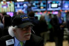 El operador Peter Tuchman trabaja en la Bolsa de Valores de Nueva York (NYSE) en Manhattan, Nueva York, EEUU, 21 de diciembre de 2016. REUTERS/Andrew Kelly/Files