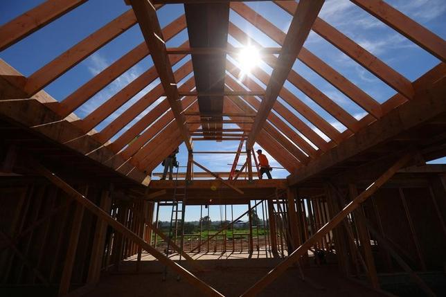 4月18日、3月の米住宅着工件数は年率換算で前月比6.8%減の121万5000戸と、市場予想の125万戸を下回った。写真はカリフォルニア州の住宅建設現場、2月15日撮影。(2014年 ロイター/Mike Blake)