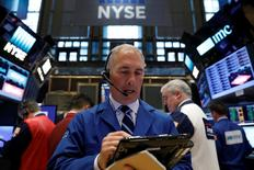Un operador trabaja en la sede de la Bolsa de Valores de Nueva York (New York Stock Exchange) en Nueva York, EEUU, 17 de abril de 2017. REUTERS/Brendan McDermid