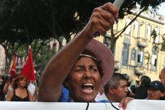 Un grupo de personas participa en una protesta en Lima en contra de la corrupción luego de un escándalo que involucró a la constructura brasileña Odebrecht, Lima, Perú, 16 de febrero de 2017. REUTERS/Guadalupe Pardo